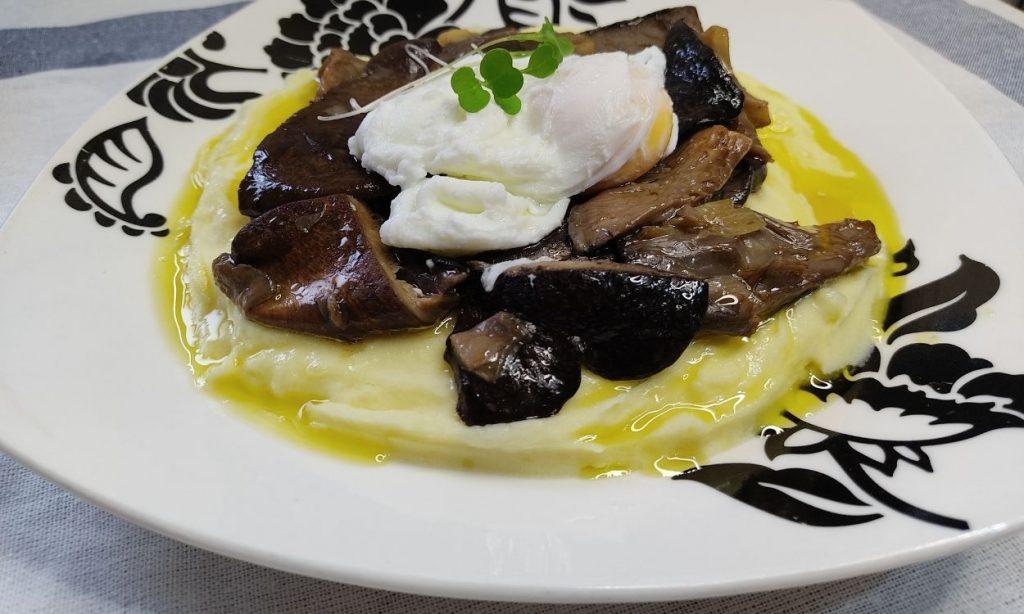 Setas de cardo negro con puré de patatas y huevo poché